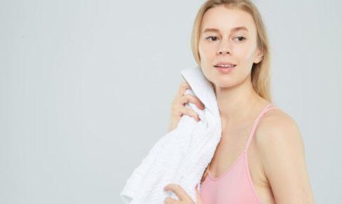 顔をタオルで拭いている白人女性