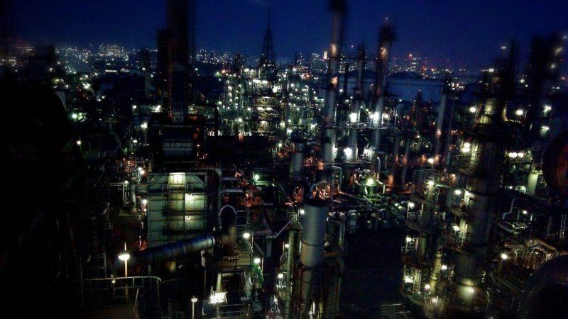 海が見える工場の夜の光景