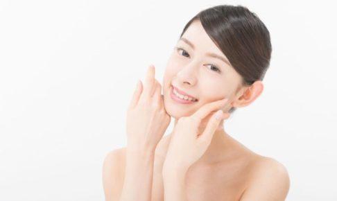 手を頬に寄せてにんまりしている日本人女性