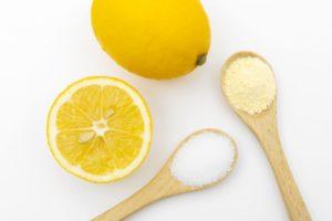 クエン酸と匙とレモンの画像