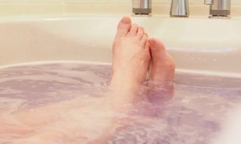 入浴をする女性の脚部
