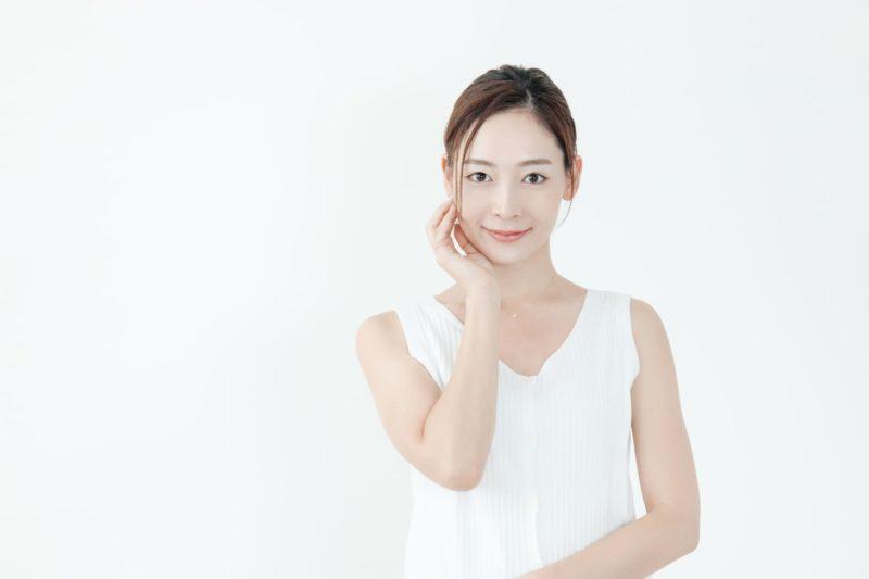 白いタンクトップを着て澄んだ顔をしている女の子