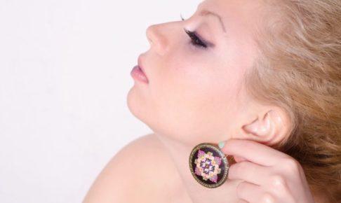 左のイヤリングを誇らしげに付けている女性の横顔
