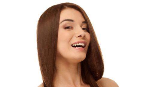 斜めから笑顔を振りまく外国人女性モデル