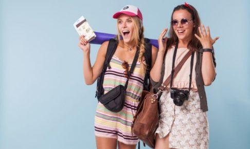 夏服で旅行に来てものすごく驚いている女性二人