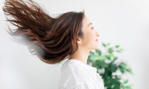 長い髪をたなびかせる女性
