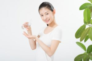 化粧水を手に取っている女性