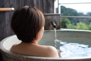 背を向けて入浴をする女性