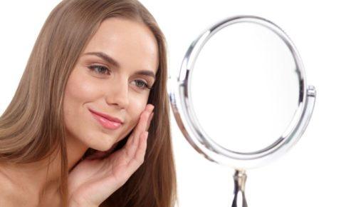 鏡に向けて微笑んでいる外国人美女