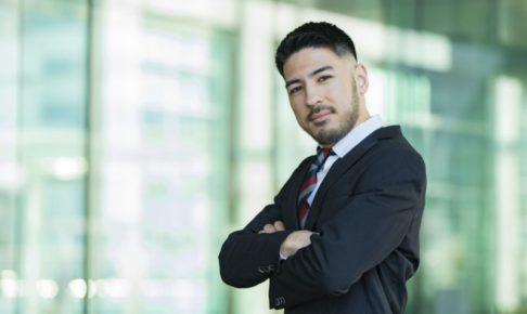 ワイルドに決めポーズをしている髭が濃い男性