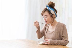 美容のためにヨーグルトを食べる女性