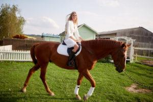 ワンピース姿で馬に乗れちゃう女の子