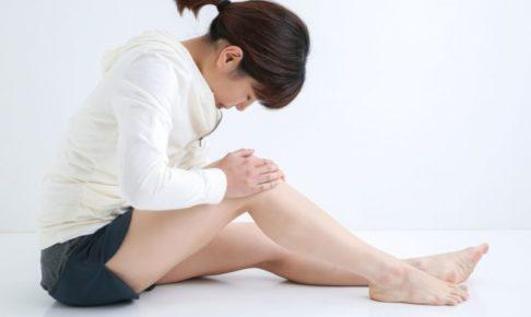 膝を痛めて苦しそうにしている女性