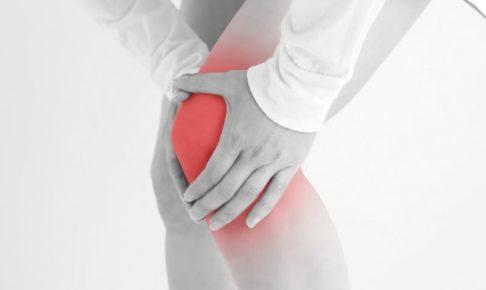 膝の痛みに耐える女性