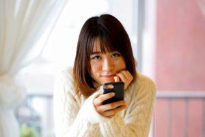 スマホを手にした垂れ目の日本人女性