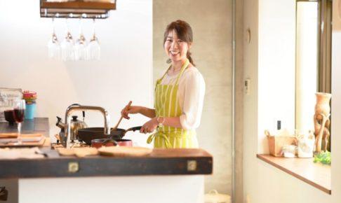 肌の悩みを解消するために料理をする女性