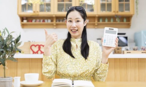 機嫌よく家計簿をつける女性