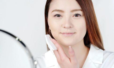 コットンで化粧水を付けてる女性の正面の顔