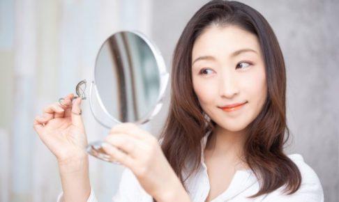 メイクをバッチリして微笑むロングヘア日本人