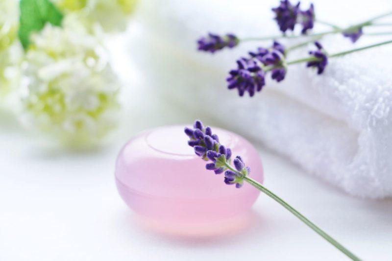 ラベンダーの花と一緒に置いてある美容石鹸