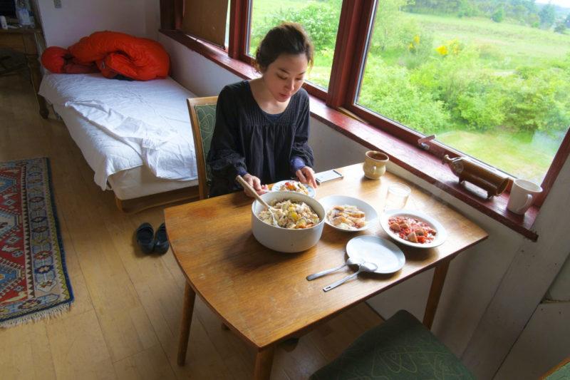 美肌 肉 料理を食べる女性