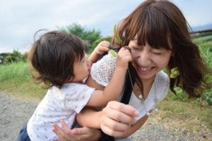 コラーゲンと紫外線 子供と戯れる女性