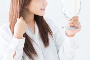 コラーゲンリフト 鏡にうつる女性