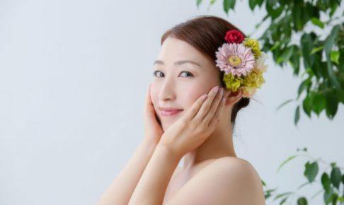 花のかんざしをして凛とほほえんでいる女性