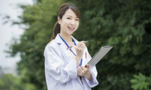 カルテを持っている女性医師