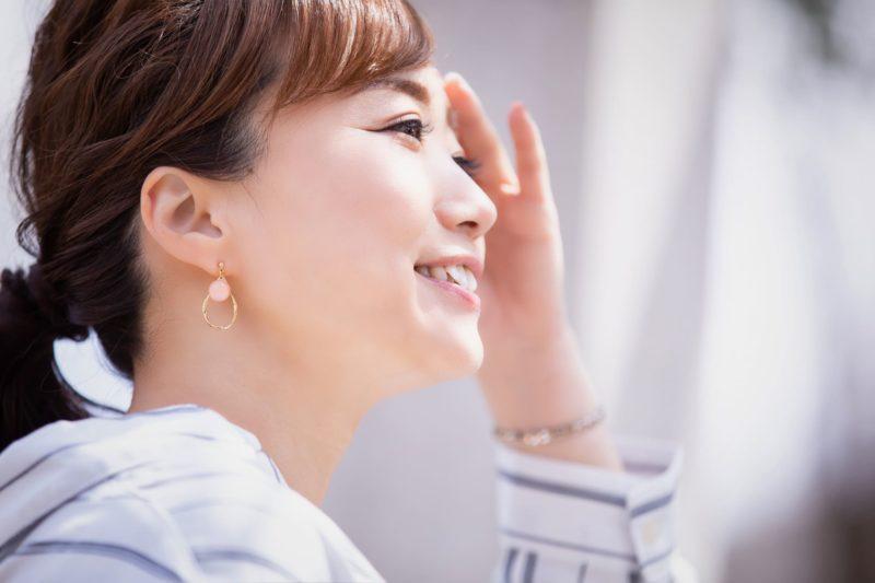 潤い美肌のためのスキンケア 笑顔の女性