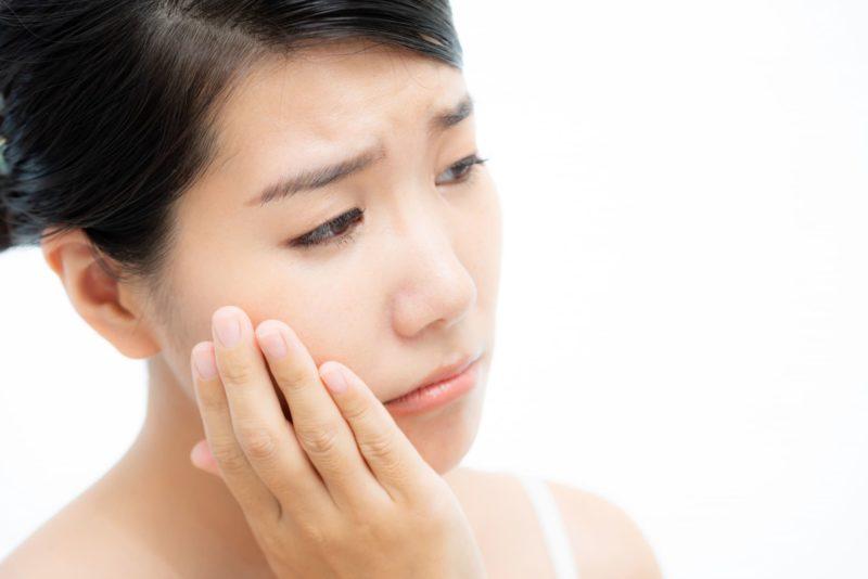 自分の肌について悩んでいる日本人女性