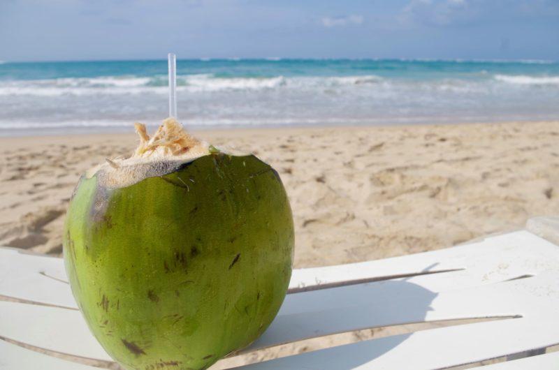 浜辺のココナッツジュース