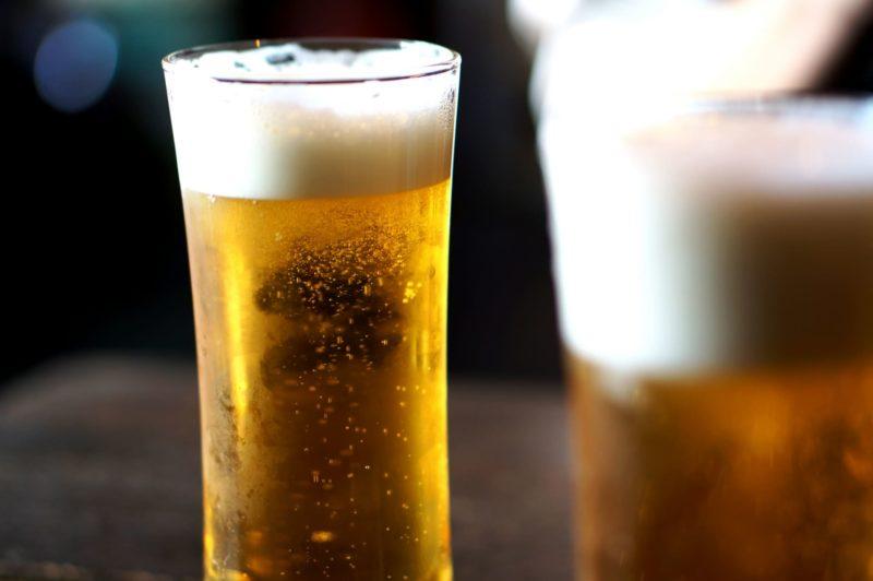 グラスのビールで乾杯する様子
