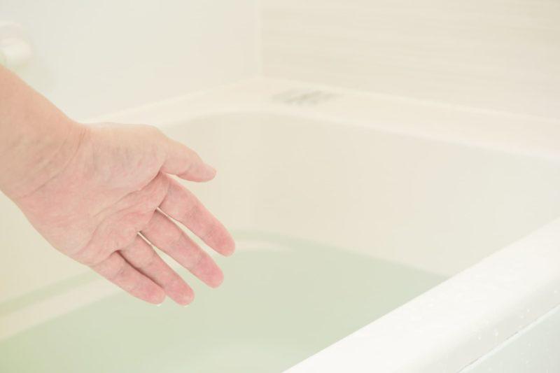 お風呂のお湯をチェックしようとしている左手
