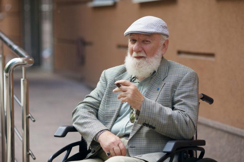 椅子に座る老人