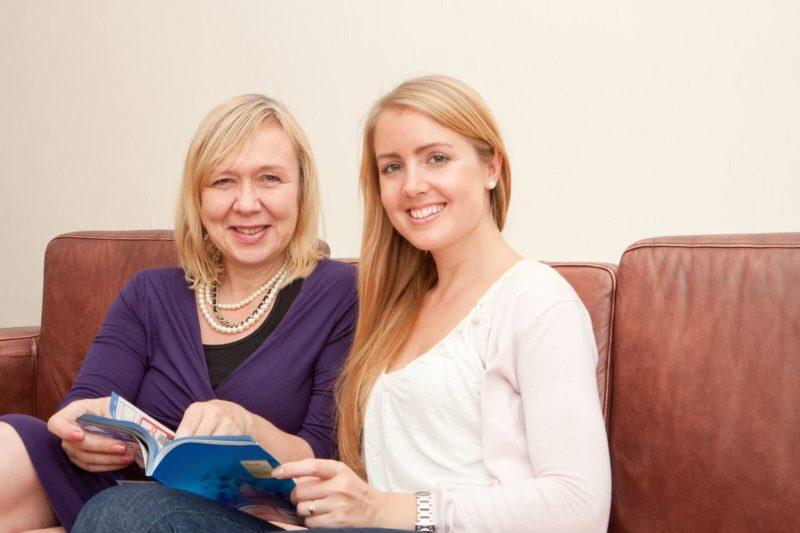 旅行雑誌を二人で見ている外国人母子