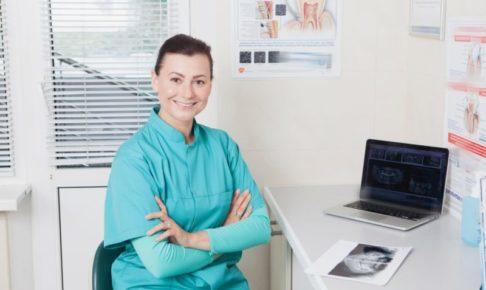 整形外科で女性執刀医が患者の手術を考えているとこ