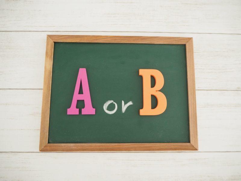 AにするかBにするかの黒板
