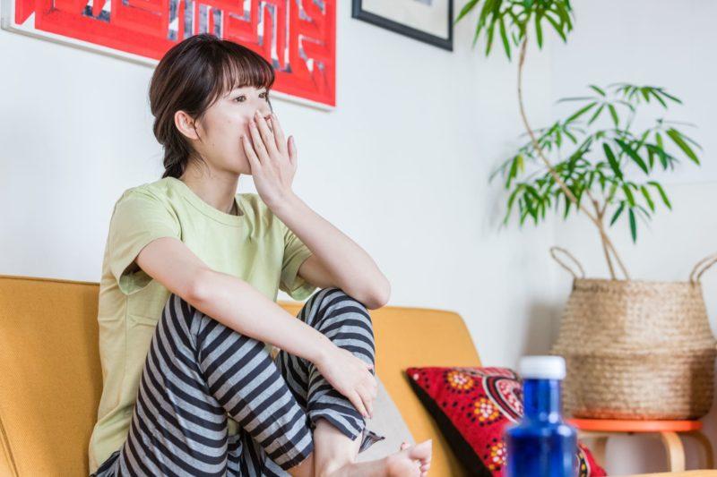 コラーゲンランプ テレビを観る女性