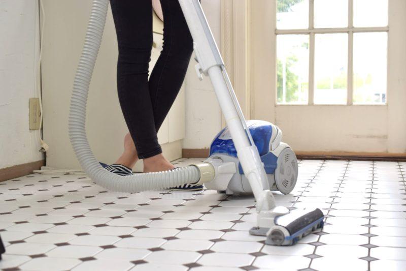 掃除機をかける女性の足下