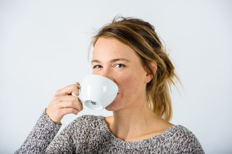 紅茶飲む女性