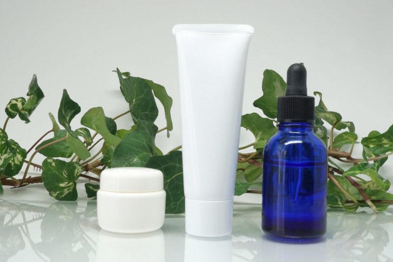 きれいに整列している洗顔フォーム、保湿クリーム、美容液