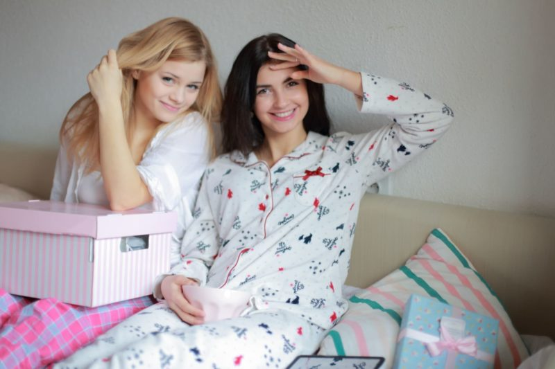 外国人の女の子二人がパジャマパーティーをしているとこ