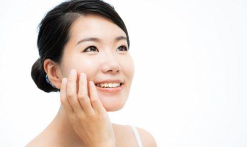自分のお肌の潤いを実感している日本人女性