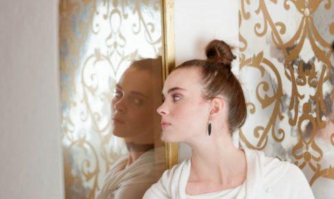 ふと鏡をのぞく横顔のお団子ヘア美女