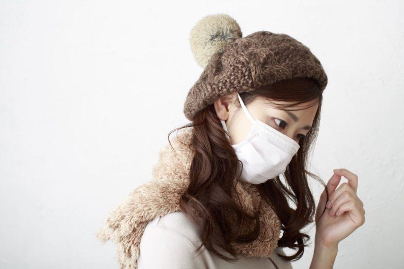 マスクをすることによって肌にどのような影響があるの? マスクの女性