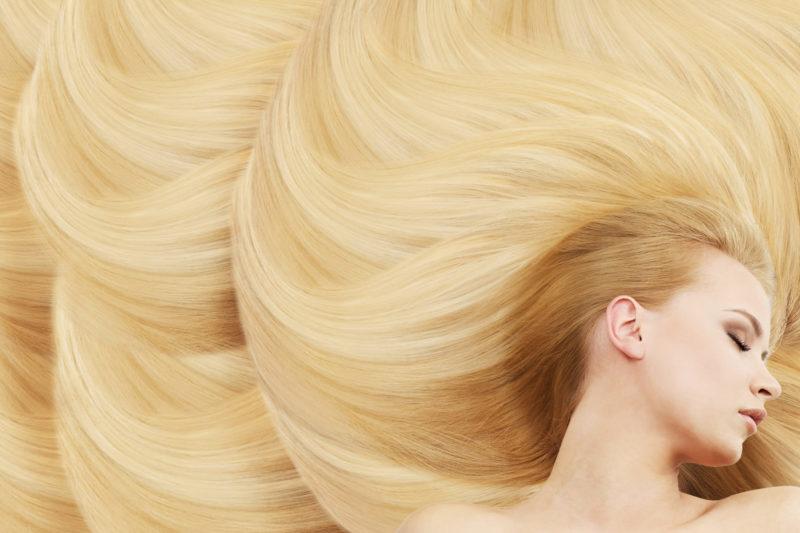 ラプンツェルみたいな髪の長い白人女性