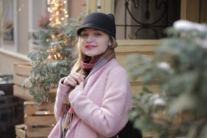 冬のイルミネーションの中にいるピンクコートの美女