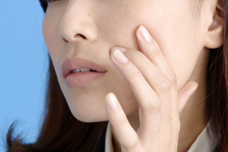 肌の状態が気になる女性の皮膚のアップ
