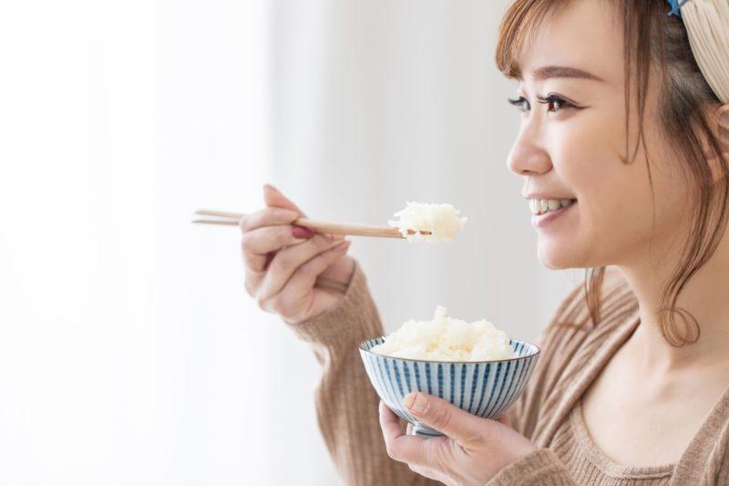 ごはんを楽しそうに食べている女性の横顔